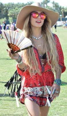 Vanessa Hudgens Coachella moda años 70  - Blow Dry Bar Madrid